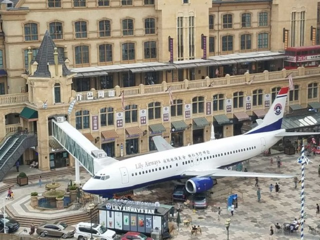 Китаец сделал ресторан из списанного Boeing 737 (7 фото)