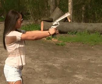 Девушки и оружие - не всегда совместимые понятия (18 гифок)