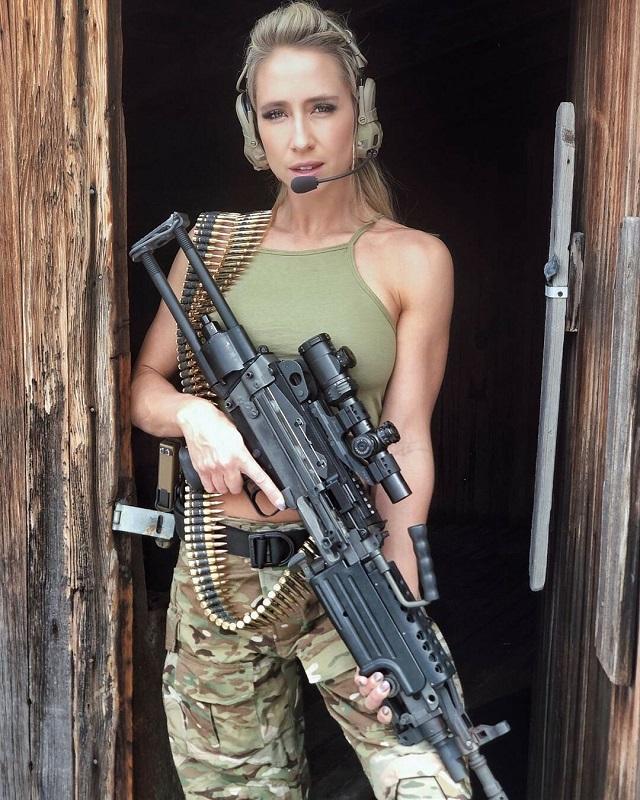 Американка Кейси Карри - страстная поклонница оружия и мама пятерых детей (19 фото)