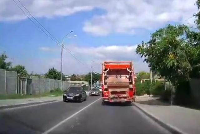 У мусоровоза в Севастополе отказали тормоза