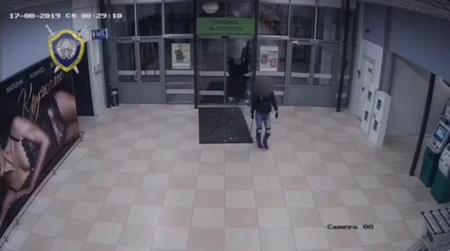 """В Бресте пьяный подросток разнес топором торговый центр """"Евроопт"""""""