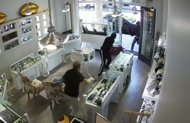 Владелец ювелирного магазина оказал достойное сопротивление грабителям