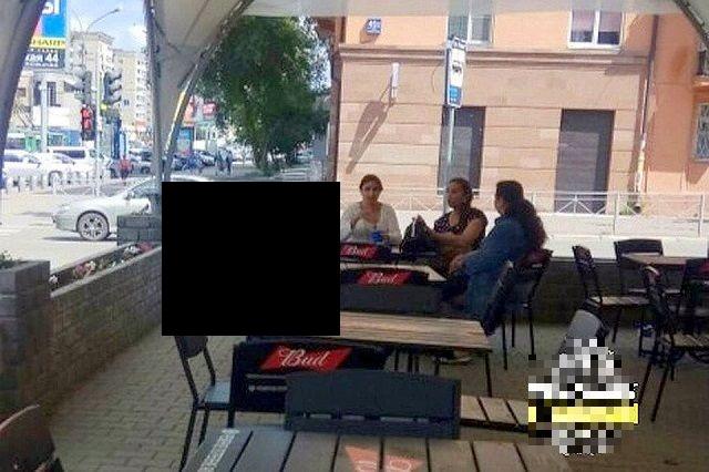 В Новосибирске родители разрешили ребенку справить нужду прямо за столом кафе
