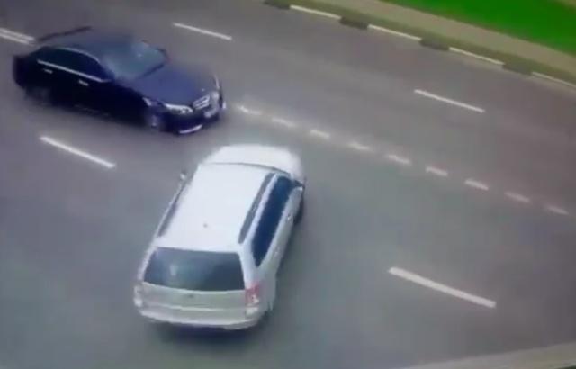 Мадам за рулем перепутала педали (2 видео)