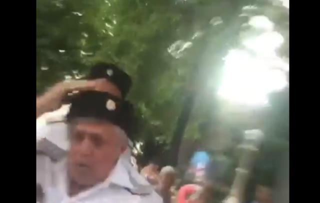 В Геленджикеказаки избили туриста за просьбу сфотографироваться