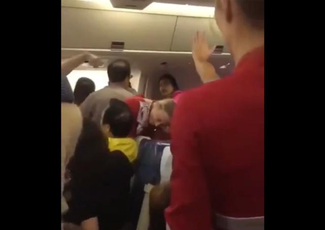 Ничего необычного, просто полный самолет китайцев