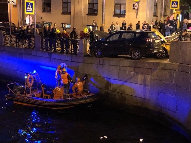В Санкт-Петербурге в результате столкновения двух автомобилей пешеход упал в реку (9 фото + видео)