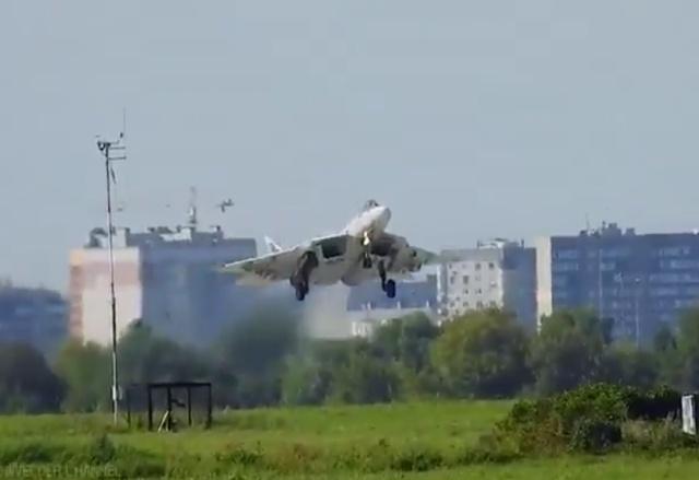 Су-57 выпустил тормозной парашют до касания с посадочной полосой