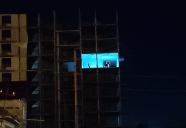 """Необычный """"перформанс"""" в недостроенном доме в Омске (6 фото)"""