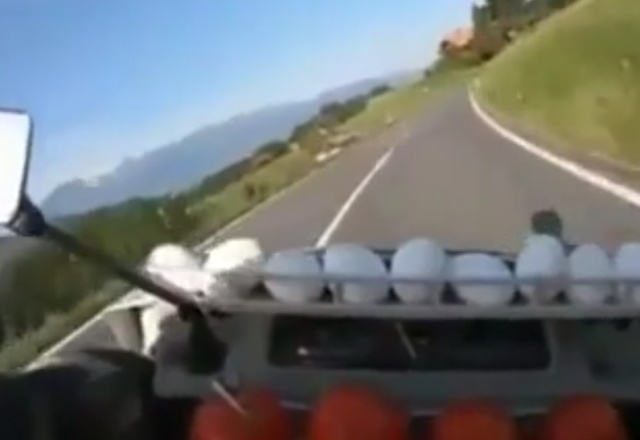 Так вот, для чего ему куриные яйца на мотоцикле