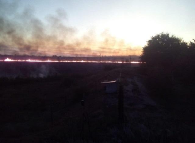 Под Ростовом разразился большой пожар площадью в 1500 кв.м (5 фото + 3 видео)