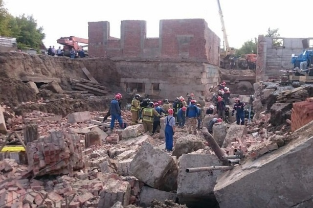 В Новосибирске стена обрушилась на рабочих (4 фото + видео)