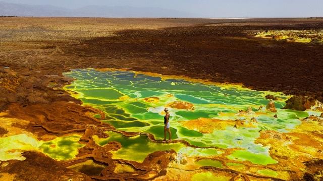"""Опасная прогулка по """"космическим"""" серным озерам в Эфиопии (6 фото + видео)"""