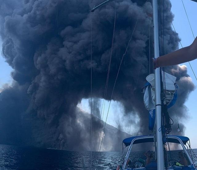 В Италии вновь произошло мощное извержение вулкана Стромболи (3 фото + 2 видео)