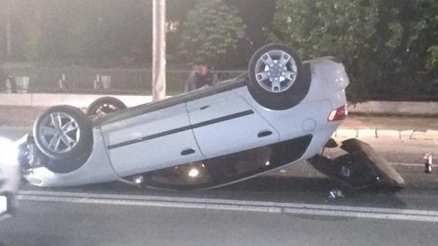 В Саратове машина налетела на кучу грунта и перевернулась на крышу