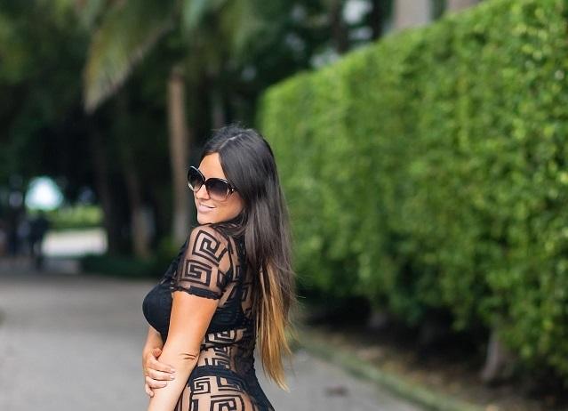 Итальянская телезвезда Клаудия Романи прогулялась в просвечивающемся платье в Майами (14 фото)