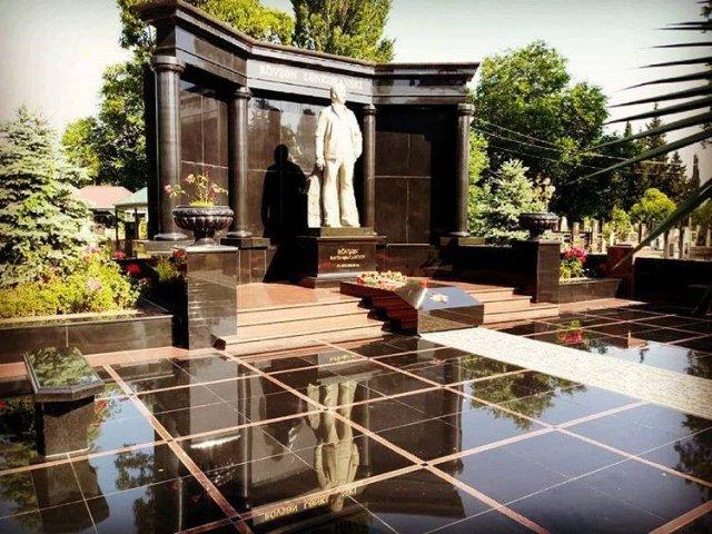 Шикарные могилы криминальных авторитетов (7 фото)