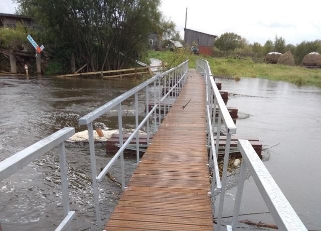 На Урале мост, который жители ждали в течение 2 лет, сломался через день после открытия (4 фото)