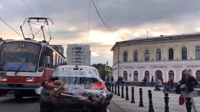Полуголого блогера приклеили скотчем к BMW и прокатили по Нижнему Новгороду