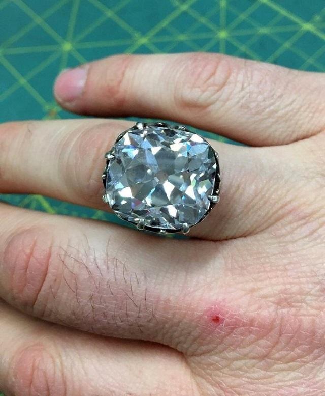"""Девушка купила на барахолке кольцо, а оно оказалось с """"сюрпризом"""" (фото)"""