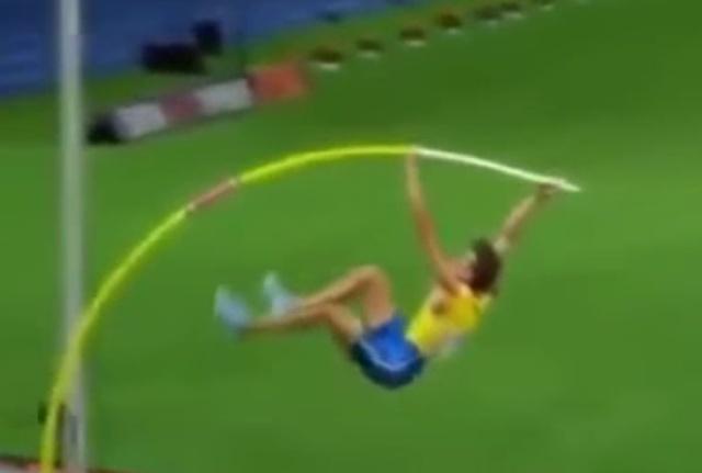 Прыгун с шестом в замедленной съемке