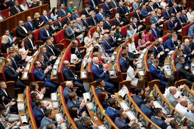 Украинских депутатов лишили неприкосновенности (2 фото)