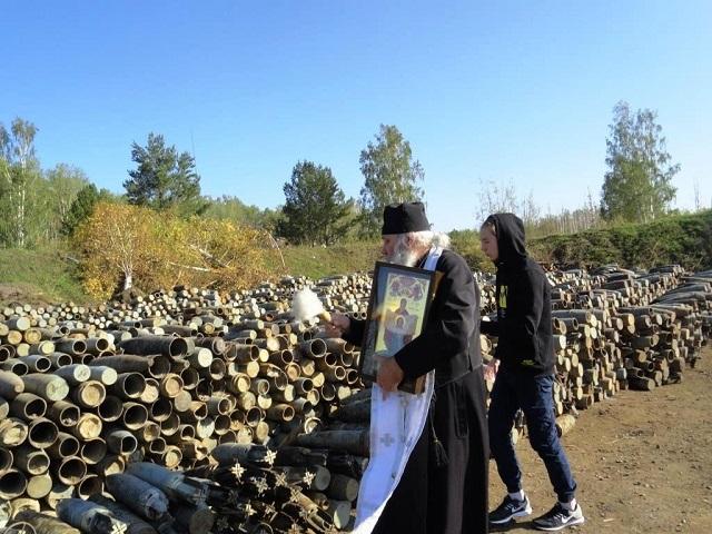 После взрывов боеприпасов в Ачинске воинские склады окропили святой водой (4 фото)