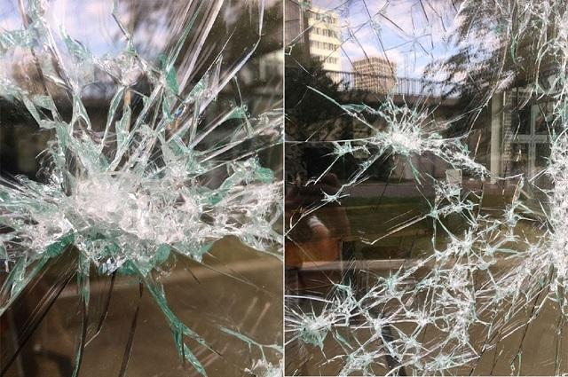 Необычное искусство: художнику платят за то, чтобы он разбивал витрины (7 фото)