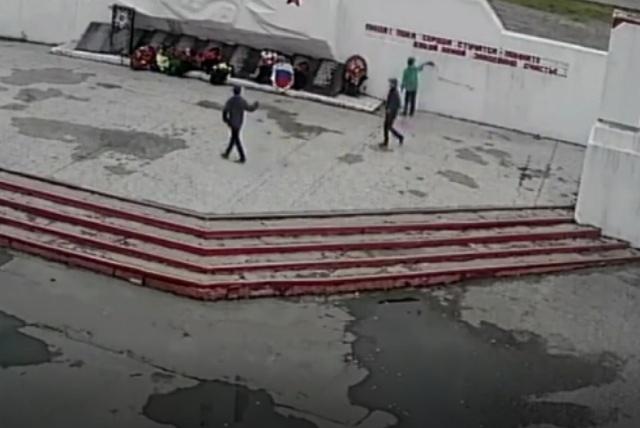 Подростки разрисовали памятник воинской славы в Росляково