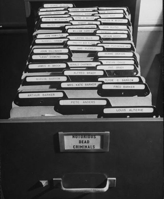 Как выглядела картотека отпечатков пальцев ФБР до перехода на электронную базу (10 фото)