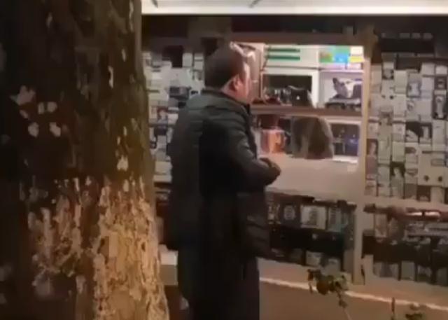 """""""Продавец"""" игнорирует подвыпившего покупателя"""