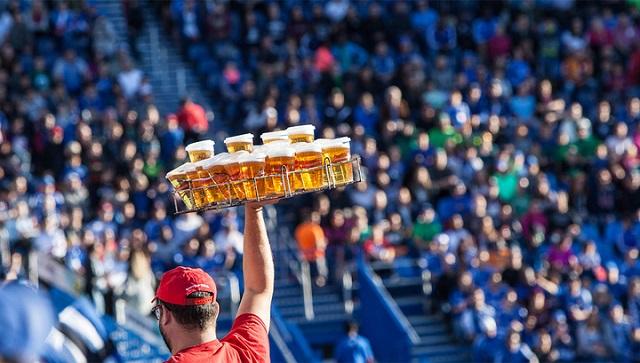 На российских стадионах могут снова начать продавать пиво