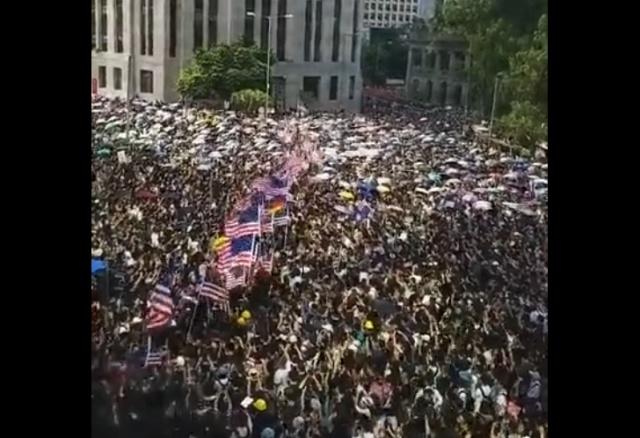 Протестующие в Гонконге пришли к зданию генконсульства США, чтобы просить о помощи Дональда Трампа