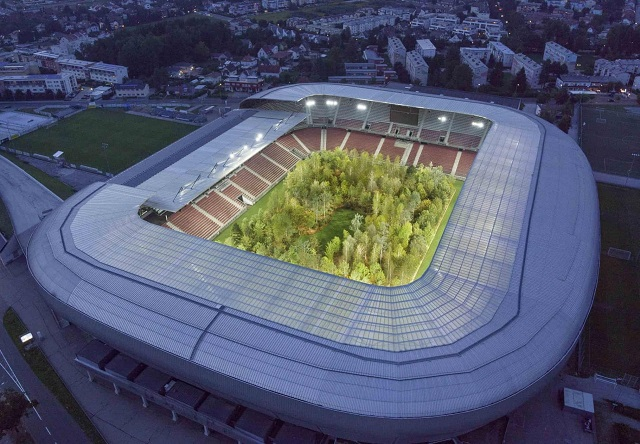 Инсталляция: Лес внутри стадиона Вёртерзе-Штадион в Австрии (5 фото)