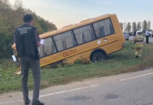 Водитель внедорожника столкнул школьный автобус в кювет в Чувашии