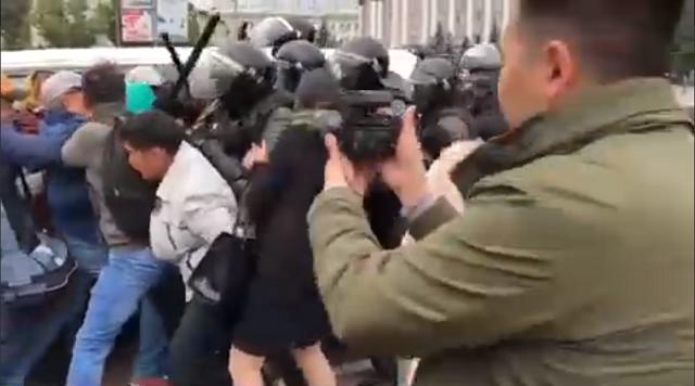 В Улан-Удэ проходят столкновения между сторонниками шамана и сотрудниками ОМОНа (2 видео)