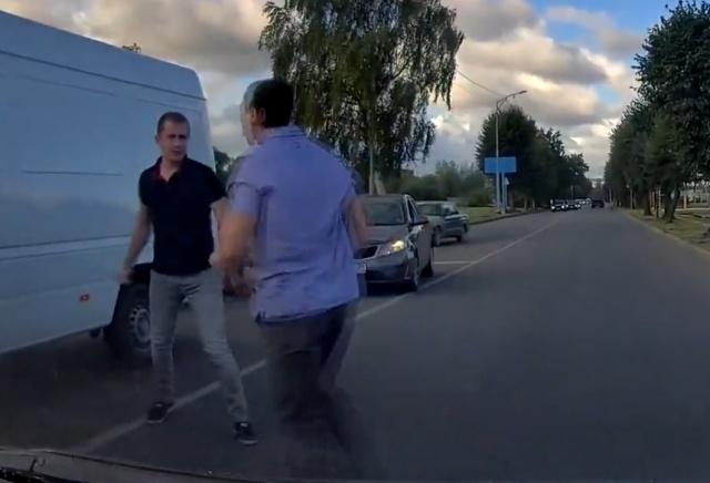 В любой непонятной ситуации на дороге - начинай махать кулаками