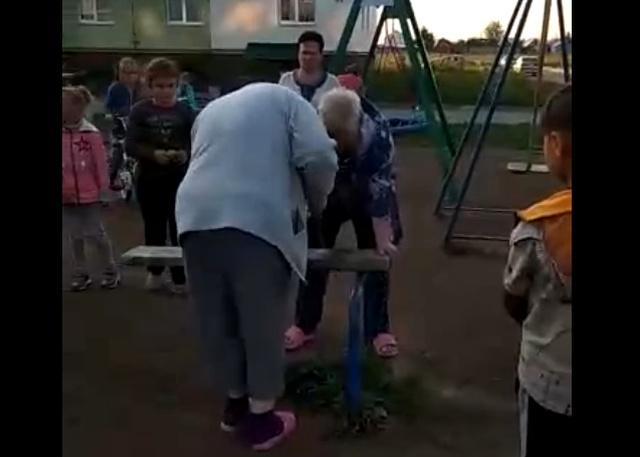 """Столетней бабушке слишком """"надоели"""" детские качели во дворе"""