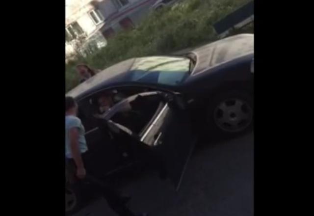 «Где бабки?»: В Магадане мужчина в хлам разнес машину, требуя деньги