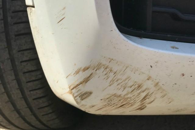 Экс-мэр Рыбинска поставил дорожный конус на капот машины, чем возмутил её владельца