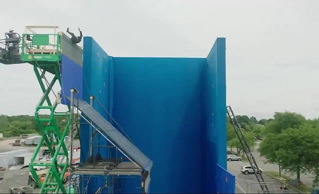 """Эпичная сцена падения с крыши в фильме """"Джон Уик-3"""""""