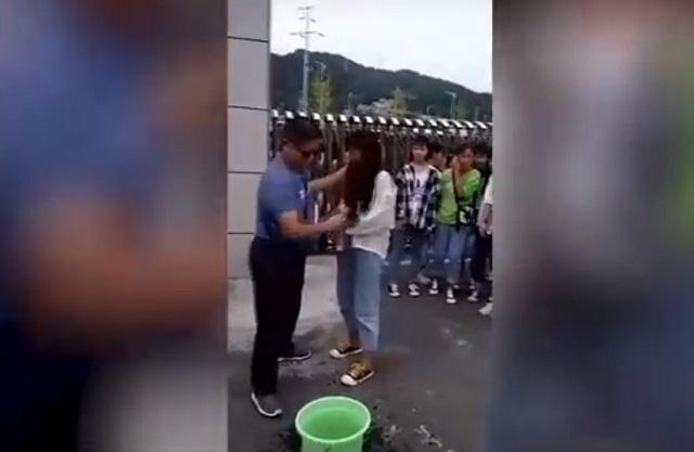 В Китае суровый учитель тряпкой смывал макияж у школьниц