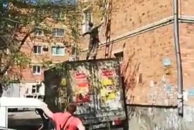 Десантник зацепился за крышу дома во время прыжка