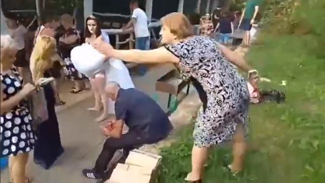 """Как проходит """"настоящая русская свадьба"""""""