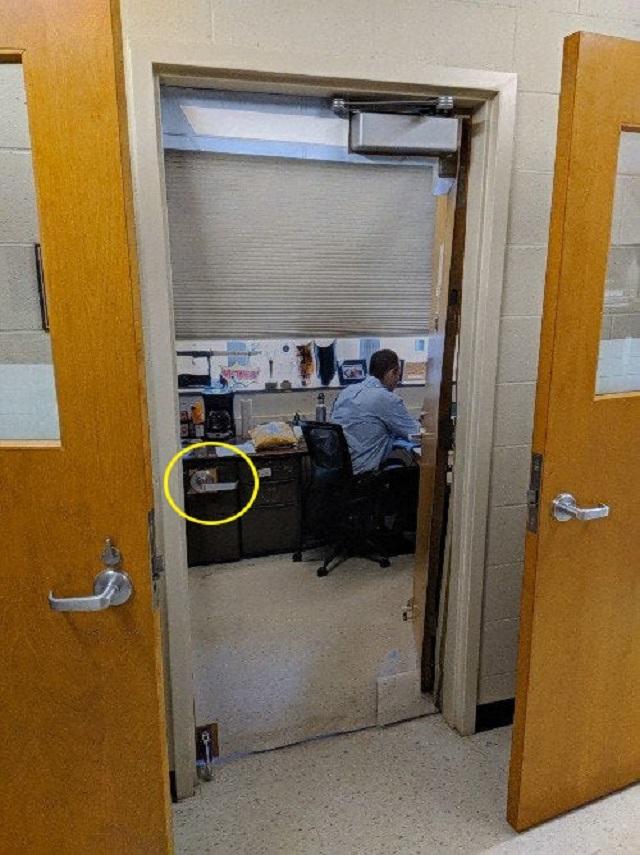Преподаватель, чьи двери всегда открыты для учеников, но это не точно (2 фото)