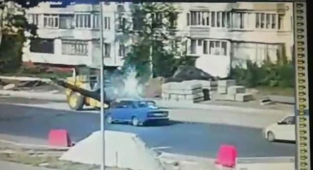 """""""Пункт назначения"""": в Брянске каток обрушил столб на легковушку"""