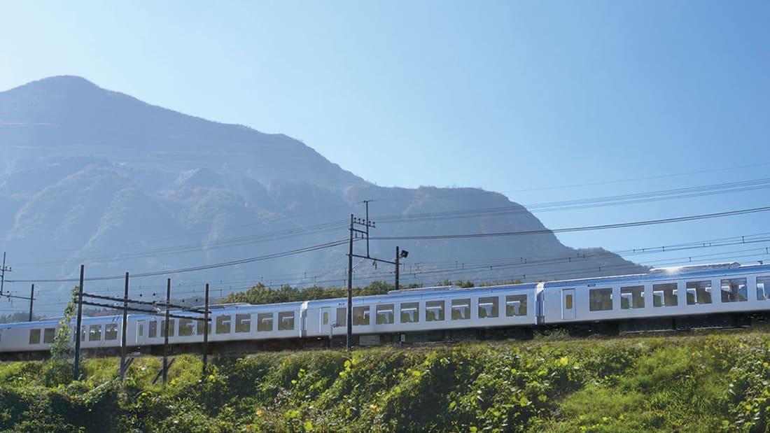 Панорамные окна и уютные кресла. Японцы восхищаются поездом, в котором можно почувствовать себя как дома (8 фото)