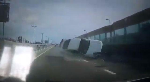 На трассе в Сочи автомобиль наехал на отбойник и перевернулся