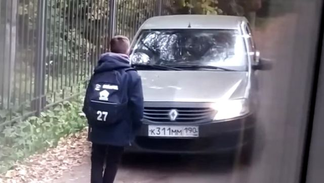 Смелый мальчик перекрыл дорогу наглым обочечникам в Москве (2 видео)