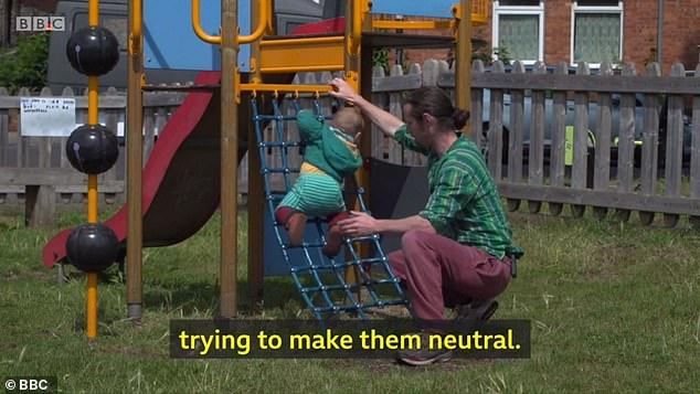 Родители полтора года скрывают пол своего ребенка и называют его «они» (4 фото)